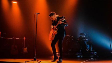 Браян Адамс се увлича и от работа с фотоапарата, но китарата му е голямата любов