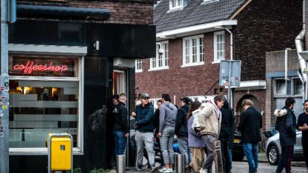 Опашка пред кафене, което продава марихуана в Айндховен, след като бе обявено, че от днес такива обекти се затварят.