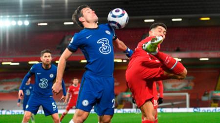 Аспиликуета от Челси (в синьо) се бори за топката с Фирмино.