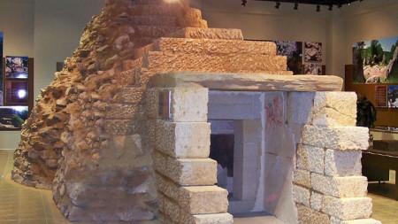 Александровската гробница е открита през 2000 г. при разкопки на могилата Рошавата чука.
