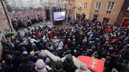 Траурната служба за погребението на кмета ан Гданск е предавана на живо на големи екрани на улиците в града.
