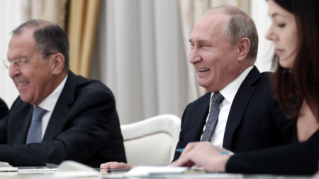 Руският президент Владимир Путин (вдясно) и министърът на външните работи Сергей Лавров