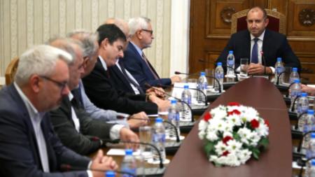 Румен Радев проведе среща с българските представители в Съвместната мултидисциплинарна експертна комисия по исторически и образователни въпроси между България и Република Северна Македония.