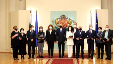 Президентът Румен Радев и вицепрезидентът Илияна Йотова с отличени медици и здравни специалисти.