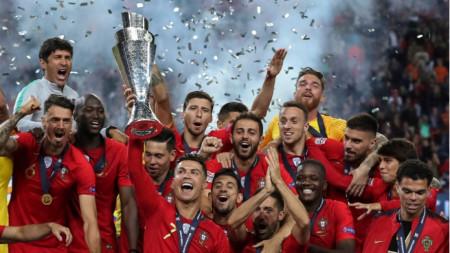 Португалците ликуват с трофея. Роналдо и Силва взеха и индивидуални отличия.