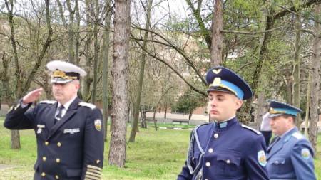 """Началникът на отбраната адмирал Емил Евтимов (вляво) и началникът на ВВВУ """"Георги Бенковски"""" ген. Юлиян Радойски (вдясно)"""