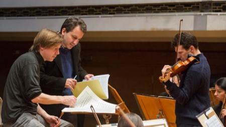 Диригентът Саша Мякиля, композиторът Минко Ламбов и цигуларят Светлин Русев в подготовка за премиерата
