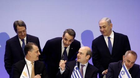 Кадър от подписването на договора от енергийните министри в присъствието на лидерите на Кипър Никос Анастасиадис, на Гърция -  Кириакос Мицотакис и на Израел -  Бенямин Нетаняху (отляво надясно)