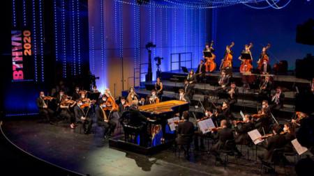 Даниел Баренбойм дирижира Западно-източният Диван оркестър