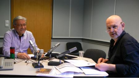 Чл.-кор. проф. д-р Стефан Костянев (вляво) и Валентин Ганев