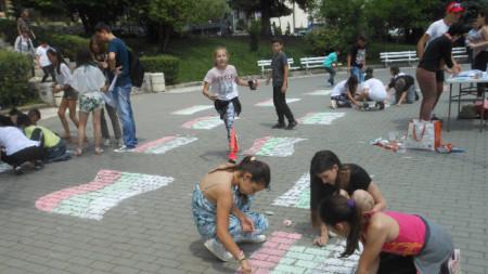Децата рисуват националния флаг