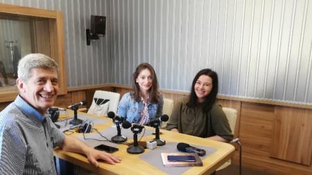 Преподавателят Георги Александров и студентите Теодора Къцова и Ивета Стаменкова