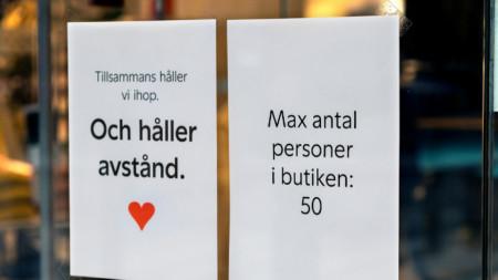 Надписи на магазин в Швеция, призоваващи да се спазва дистанция и указващи ограничение за максимум 50 души.