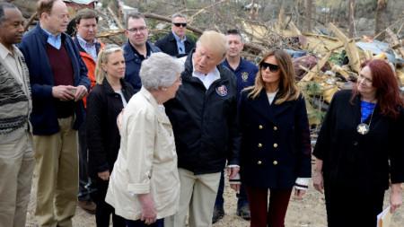 Големите слънчеви очила на Мелания, който придружаваше Доналд Тръмп в Алабама, рестартираха слуховете, че президентът използва двойничка на съпругата си при някои посещения.