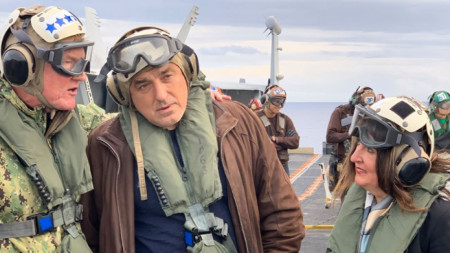 """Премиерът Бойко Борисов и посланикът на САЩ Херо Мустафа (вдясно) на самолетоносача """"Хари С. Труман""""."""