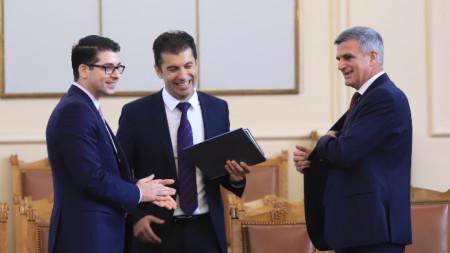 Стефан Янев (вдясно) със служебния министър на икономиката Кирил Петков (в средата) и вицепремиера Атанас Пеканов.
