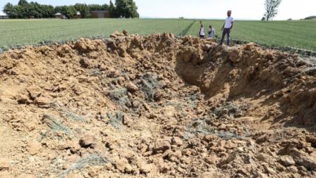 Кратерът от бомбата с широчина 10 метра и дълбочина 4 метра на поле край Лимбург, Германия.