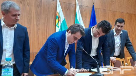Министрите на финансите и икономиката Асен Василев и Кирил Петков се включиха в подписката за запазване на комплекса