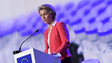 """Председателят на Еврокомисията Урсула фон дер Лайен на пресконференция след посещение в завод на """"Пфайзер"""" в Белгия."""