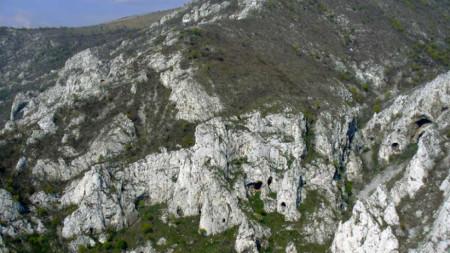 Лютиброд, Серапионова пещера