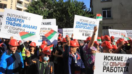 """Служители на строителната компания """"Артекс"""" протестират пред сградата Министерството на регионалното развитие и благоустройството."""