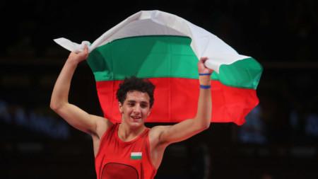 Едмонд Назарян прави почетна обиколка с българското знаме.