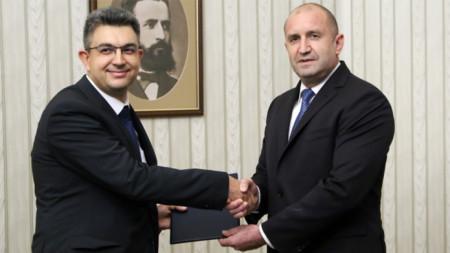 El presidente Radev (d.) entrega a Plamen Nikolov del ITN el mandato para formar gobierno.
