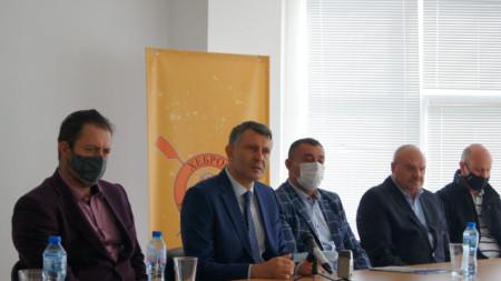 Проф. Николай Попов (вляво) пое ръководството на ГК
