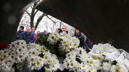 Цветя пред паметника на Спасението бяха поднесени цветя от кмета Йорданка Фандъкова, зам.-министъра на външните работи Георг Георгиев и посланика на Израел Йорам Елрон.