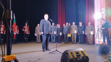 Министърът на отбраната Красимир Каракачанов коментираха тема в Централния военен клуб, където наградиха структурите, участвали в кампанията