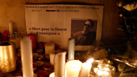 Свещи, послания и цветя, поставени в знак на почит към покойния учител Самюел Пати, Ница, 21 октомври 2020 г.