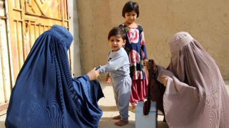 Ваксинация срещу полиомиелит в Афганистан.