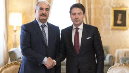 Халифа Хафтар (вляво) се срещна днес с италианския премиер Джузепе Конте в Рим.