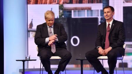 Борис Джонсън (вляво) по време на телевизионен дебат с Джереми Хънт.