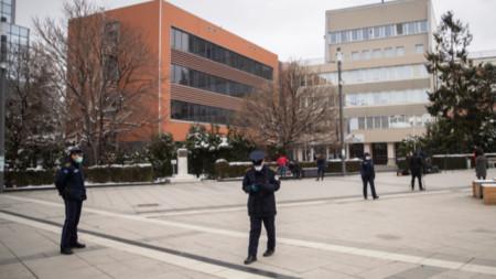 Полицаи с маски патрулират пред парламента в Прищина