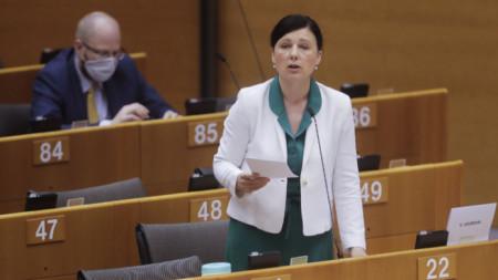 Еврокомисар Вера Йоурова говори в Европарламента на дебати, посветени на извънредните мерки в Унгария.