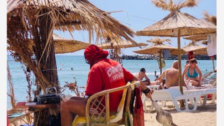 Спасител на плаж Кабакум край Варна