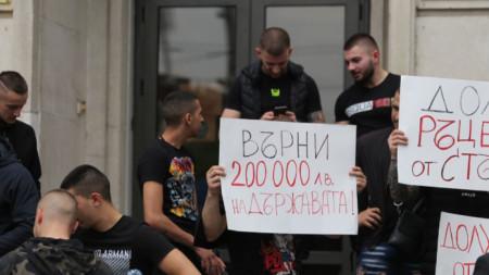 В петък състезатели по ММА и председателят на федерацията им Станислав Недков-Стъки влязоха с протестни плакати в спортното министерство.