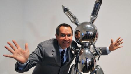 """Джеф Кунц зад скулптурата си """"Заек"""" на изложба в Лондон през 2009 г."""