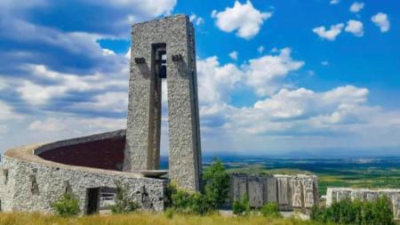 Паметникът на трите поколения край Перущица