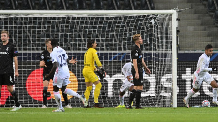 Двуполюсни реакции след изравнителния гол за Реал на Каземиро.