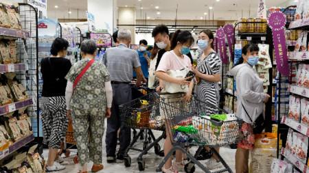 Опашка в супермаркет в Ухан, 2 август 2021 г.