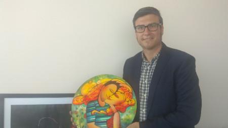 Съпругът на Лора Мирослав Калудов с нейна картина