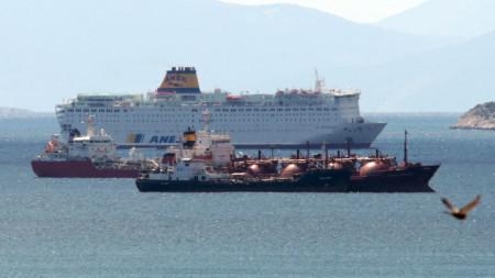"""Корабът """"Елефтериос Венизелос"""", закотвен край Пирея, 02 април 2020 г. Гръцките власти обявиха, че около 120 души - включително членове на екипажа и пътници, са заразени с коронавирус, от общо 383 души, които са на борда на кораба. Съдът е бил нает от турски оператор за транспортиране на стотици работници от Турция до Испания, където той не получи разрешение да акостира. След това се обърна обратно към Турция, където властите също отказаха разрешение и в крайна сметка се озова на пристанището в Пирея."""
