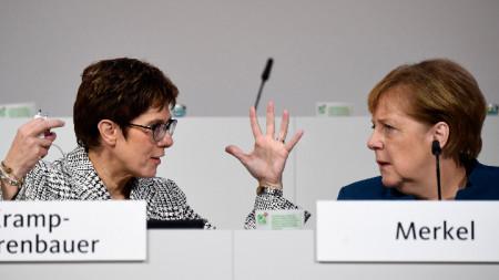 Ангела Меркел (вдясно) с лидерката на ХДС Анегрет Крамп-Каренбауер