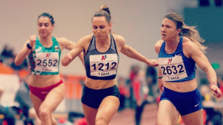 Инна Ефтимова (в средата)