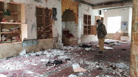Самоубийствен атентат в джамия в югозападен Пакистан.