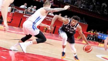 Антетотекумбо (с топката) преминава покрай чешкия баскетболист Балвин.
