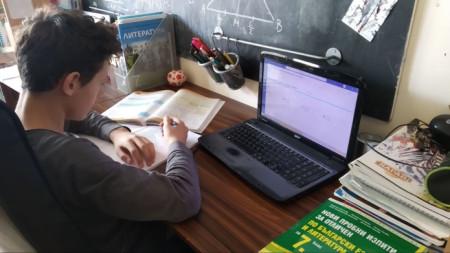 Учениците от 5 до 12 клас преминават на ротационен принцип на обучение.