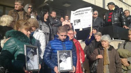 Демонстрация пред съда във Велико Търново с искане за справедлива присъда.